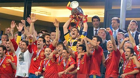E' il 29 giugno 2008: il c.t Luis Aragones è portato in trionfo dopo il successo all'Europeo. Ap