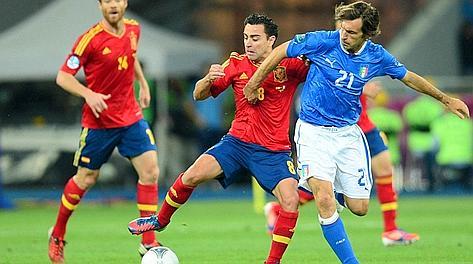 Duello Xavi-Pirlo: vince lo spagnolo. Afp