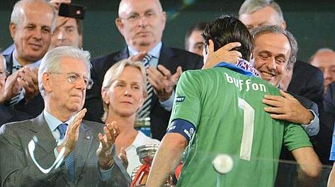 Gigi Buffon, 34 anni, abbracciato da Michel Platini: applaude Mario Monti. Epa