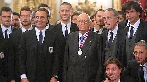 Il presidente Napolitano tra gli azzurri. LaPresse