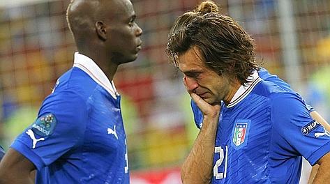 Mario Balotelli e Andrea Pirlo dopo la finale di Kiev. Reuters