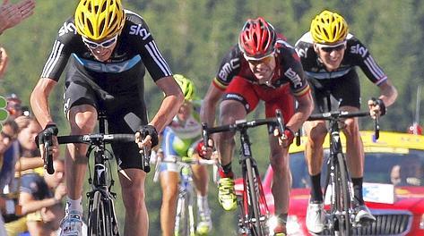 Froome piazza l'allungo vincente. Sullo sfondo Nibali
