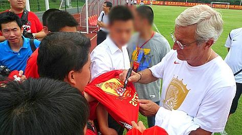 Marcello Lippi firma autografi in Cina. LaPresse