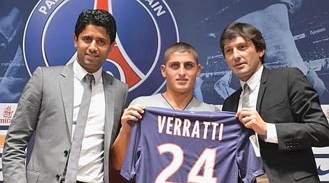 Marco Verratti, 19 anni, mostra la sua nuova maglia al centro tra Al Khelaifi e Leonardo. Ansa