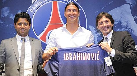 Zlatan Ibrahimovic, 30 anni, mostra la maglia del Psg. Afp