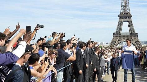 Zlatan Ibrahimovic, 30 anni, sorridente sotto la Tour Eiffel. Ansa