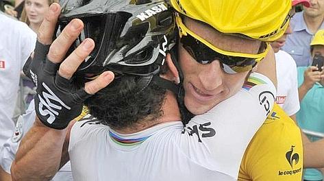 L'abbraccio tra Mark Cavendish e Bradley Wiggins. Ansa