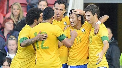Neymar festeggiato dai compagni dopo il rigore del 2-0. Reuters
