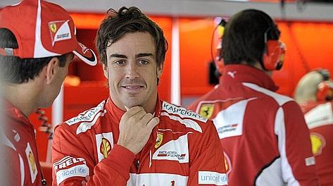 Un soddisfatto Fernando Alonso dopo le qualifiche e la pole. Colombo