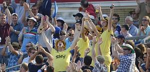 Tifosi in giallo a Parigi per Wiggins. Reuters