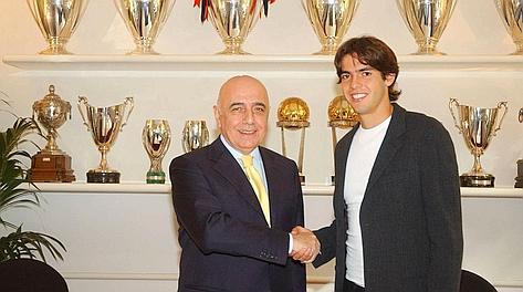 L'a.d. del Milan, Adriano Galliani, con Kakà in sede nel 2005. Archivio