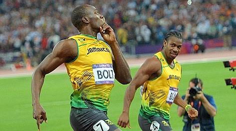 Usain Bolt e Yohann Blake si guardano dopo aver tagliato il traguardo. Afp