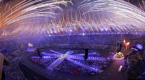 I fuochi d'artificio allo Stadio Olimpico salutano Londra 2012. Ap