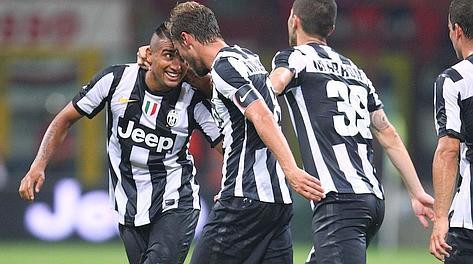 Arturo Vidal festeggiato da Marchisio dopo il 2-1. LaPresse