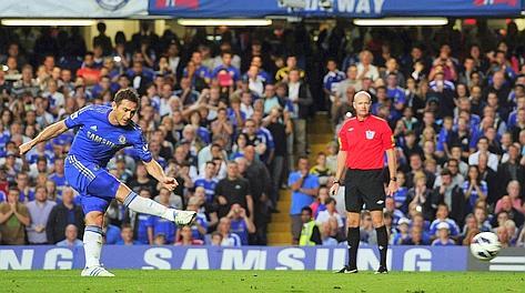 Frank Lampard segna il rigore dell'1-0. Afp
