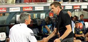 La stretta di mano a inizio gara tra Mourinho e Vilanova. Ansa
