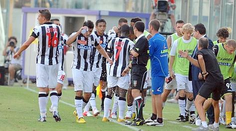 La panchina dell'Udinese festeggia la rete di Maicosuel. LaPresse