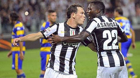 Lichtsteiner e Asamoah, protagonisti dell'1-0, festeggiano il gol. Reuters