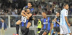 Milito festeggia con Cassano. Ap
