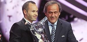 Andres Iniesta con Platini e il premio di miglior giocatore in Europa nel 2011-12. Reuters