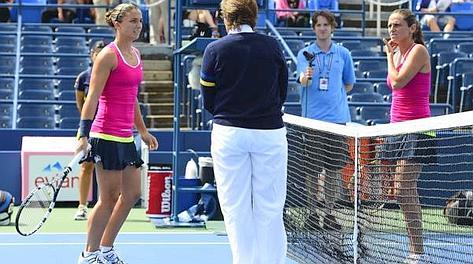 Sara Errani, a sinistra e Roberta Vinci, all'inizio del match. Ansa