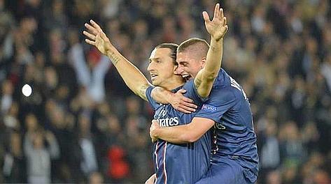 Marco Verratti abbraccia Zlatan Ibrahimovic dopo il rigore dell'1-0. Ansa