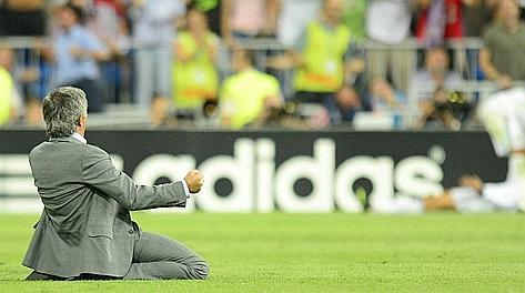 José Mourinho festeggia il gol del 3-2 di Ronaldo. Afp