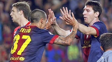 Messi e Tello festeggiano dopo il gol del 2-2. Reuters
