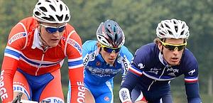 Italian Andrea Fedi flanked by Eidsheim, of Norway, and Vimpere, of France, during the race. Afp