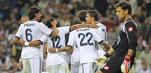 Festeggiano i giocatori di Mourinho. Il Real vince 5-1 e si rilancia in classifica. Ap