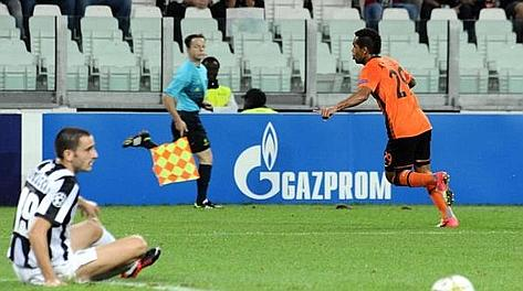 Alex Teixeira esulta dopo la rete del vantaggio allo Juventus Stadium. Ansa