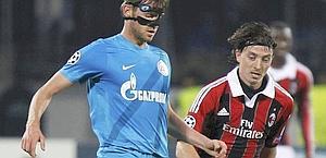 Domenico Criscito, con la maschera, tallonato da Riccardo Montolivo. Reuters