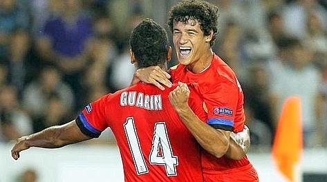 Philippe Coutinho festeggia con Fredy Guarin il gol dell'1-0. Epa