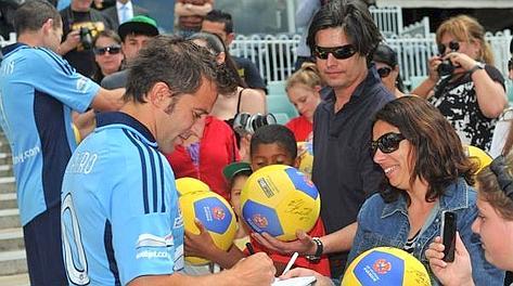 Alessandro Del Piero firma autografi. Ansa