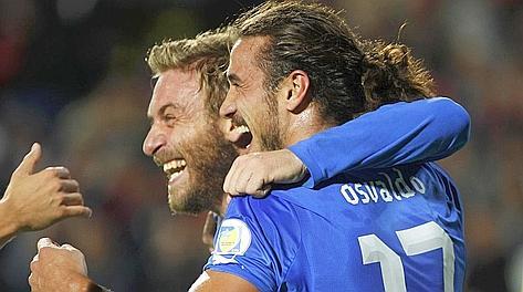 La felicità di De Rossi e Osvaldo dopo il 3-1 dell'attaccante. Reuters