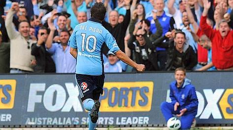Del Piero va a prendersi gli applausi dopo il gol. Ansa