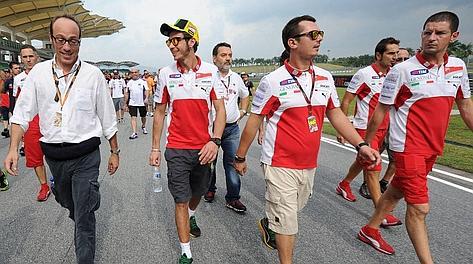 Valentino Rossi e la Ducati raggiungono la curva numero 11 per commemorare il Sic. Afp