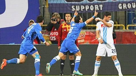 L'esultanza di Giuliano e la delusione di Dzemaili sul 3-0. Epa