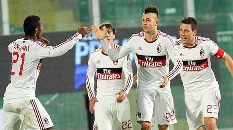 El Shaarawy festeggiato dai compagni di squadra. LaPresse