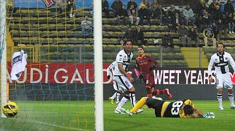 Il gran gol di Lamela per il momentaneo 0-1 Roma. Ansa