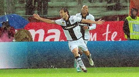 Ballando sotto la pioggia. Qui l'esultanza di Marco Parolo dopo aver completato la rimonta gialloblù. Da 0-1 a 2-1. Ansa