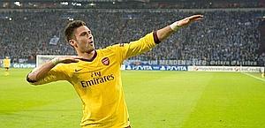 Olivier Giroud esulta dopo il gol segnato in maglia Arsenal in Champions League contro lo Schalke. Afp