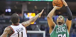 Monta Ellis difende sul tiro di Paul Pierce. Ap