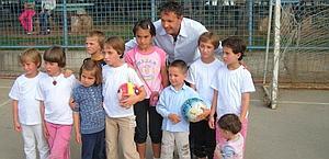 Sinisa Mihajlovic al campo di Vionica con un gruppo di orfani