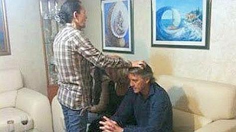 Medjugorje, marzo 2012: la veggente Vicka prega assieme a Roberto Mancini