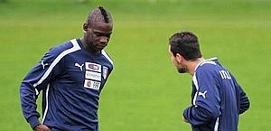 Mario Balotelli, qui con Mattia Destro. Ansa