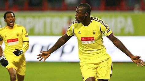 Il congolese Samba festeggia con Eto'o il gol dell'1-0 Anzhi. Reuters