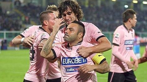 Fabrizio Miccoli, 33 anni, festeggia il 100° gol in serie A. Lapresse