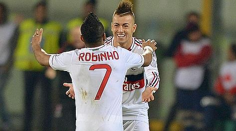 El Shaarawy festeggia con Robinho la sua doppietta al Catania. Ap