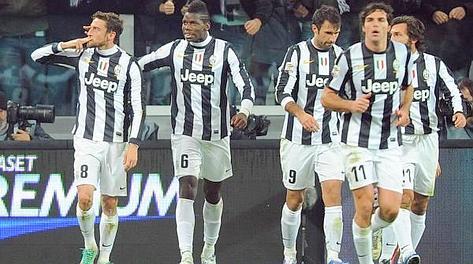 Claudio Marchisio (a sx) festeggia coi compagni la doppietta nel derby. Ansa